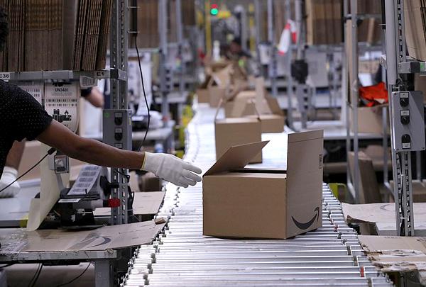 Bloomberg рассказал, как Amazon контролирует продавцов